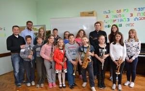 Naša djeca, polaznici osnovne glazbene škole Ive Tijardovića iz Delnica sa profesorima